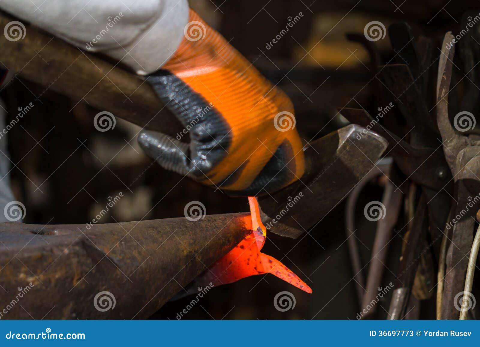 Smith die heet ijzer smeden stock foto 39 s afbeelding 36697773 - Ijzer valet smeden ...