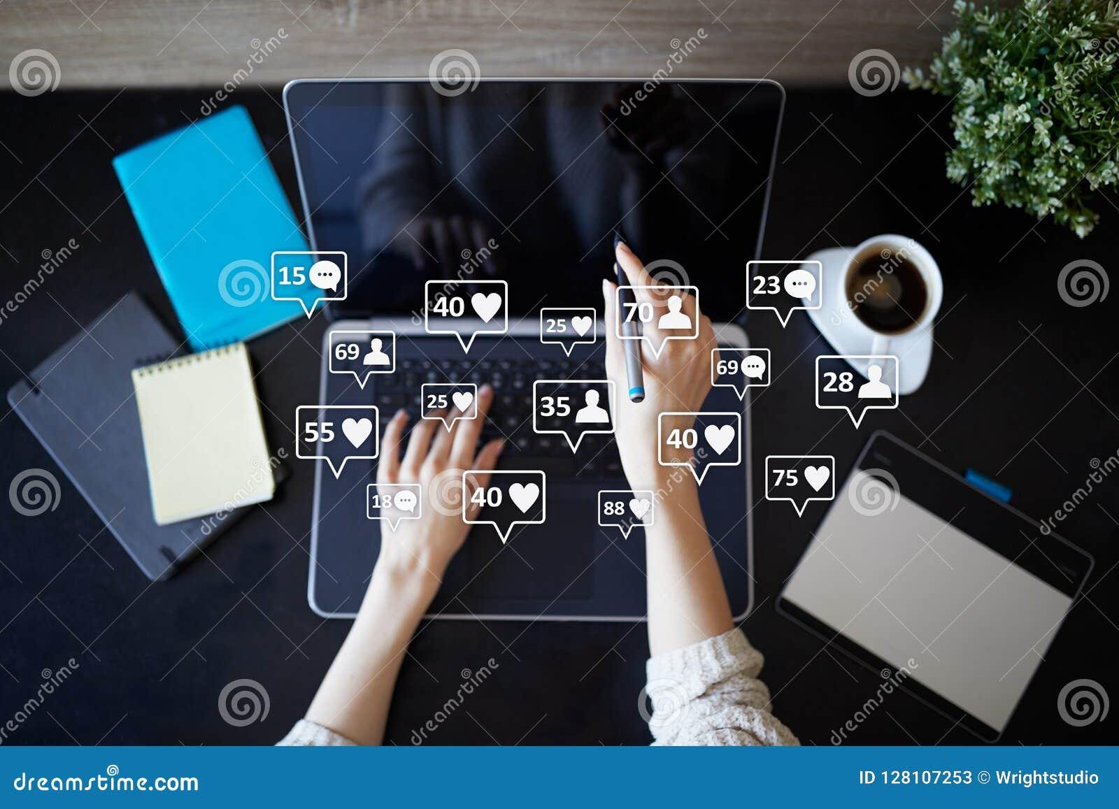 SMM, houdt van, aanhangers en berichtpictogrammen op het virtuele scherm Sociale media Marketing Zaken en Internet-concept