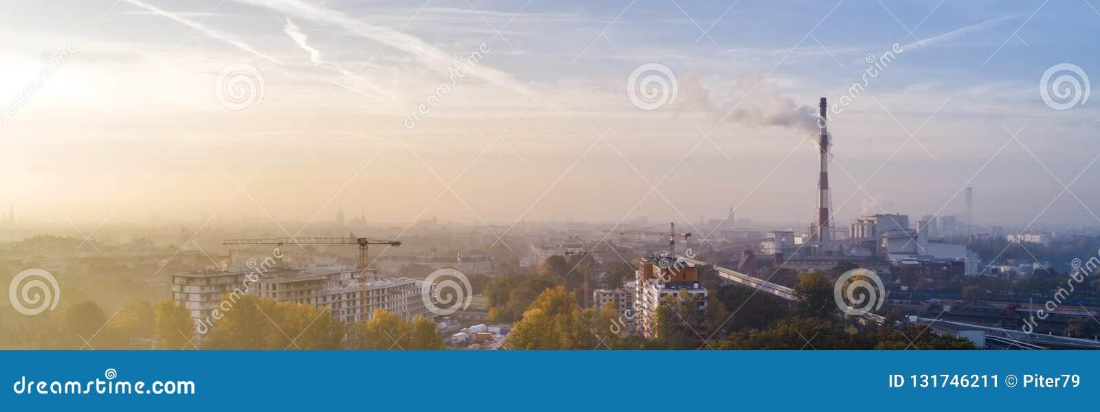 Smog über der Stadt von WrocÅ-'Aw, Polen Winteransicht der Stadtskyline