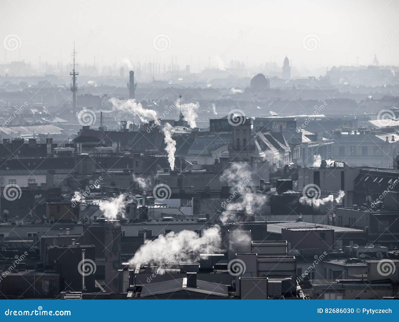 Smog - StadtLuftverschmutzung Unklare Atmosphäre verunreinigt durch den Rauch, der von den Kaminen steigt