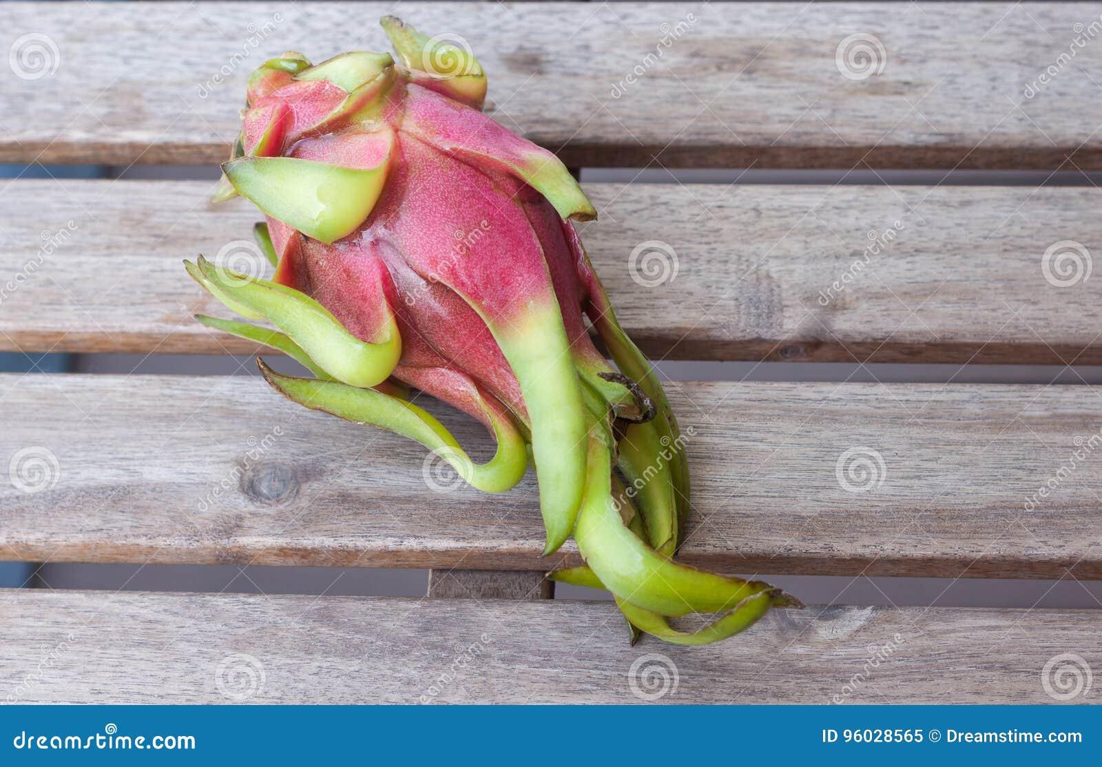 Smok owoc na drewnianym stole