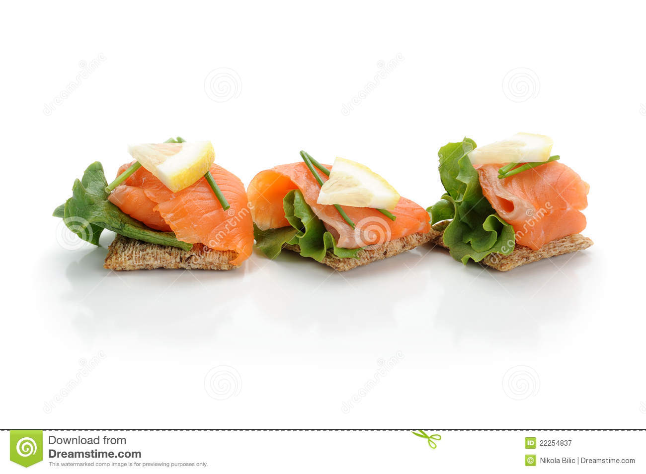how to serve smoked salmon with crackers