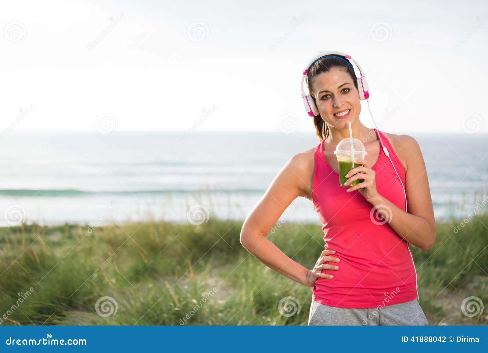 Smoothie вытрезвителя Sporty женщины выпивая