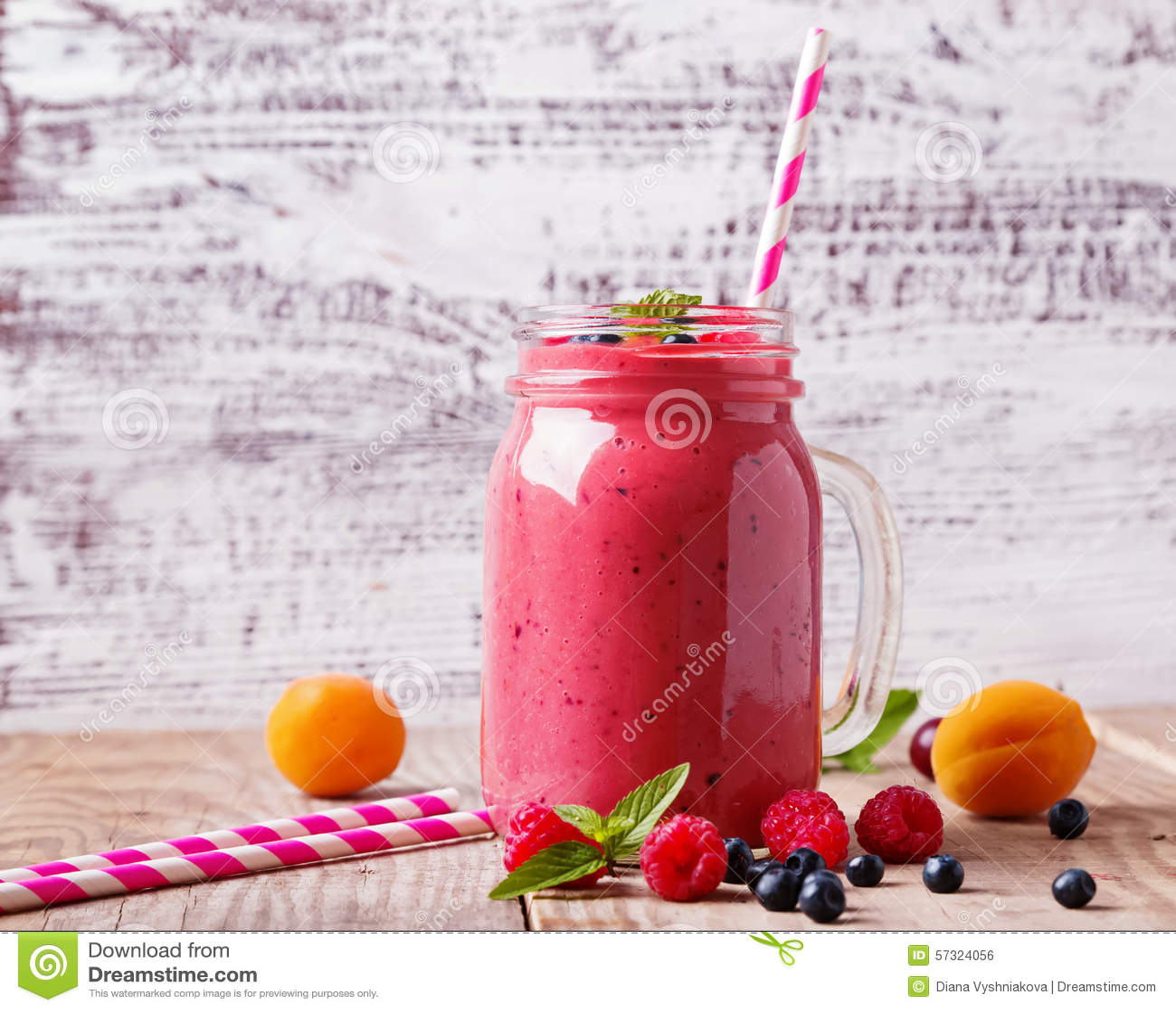 Smoothie плодоовощей и ягод лета в стеклянной кружке