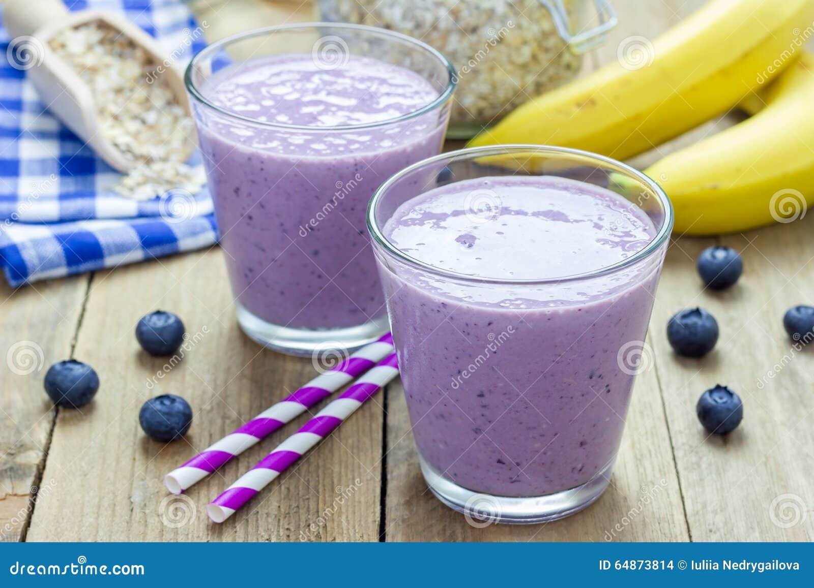 smoothie avec la myrtille la banane l 39 avoine le lait d 39 amande et le yaourt photo stock. Black Bedroom Furniture Sets. Home Design Ideas