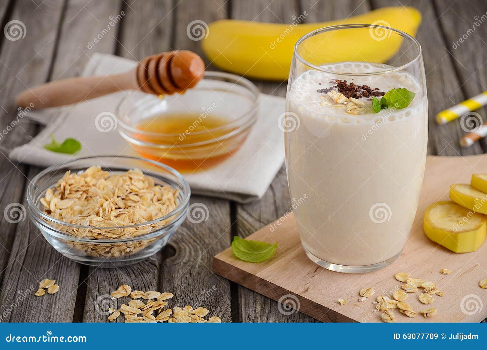 Download Smoothie De Banane Avec La Farine D'avoine Image stock - Image du normal, fruit: 63077709