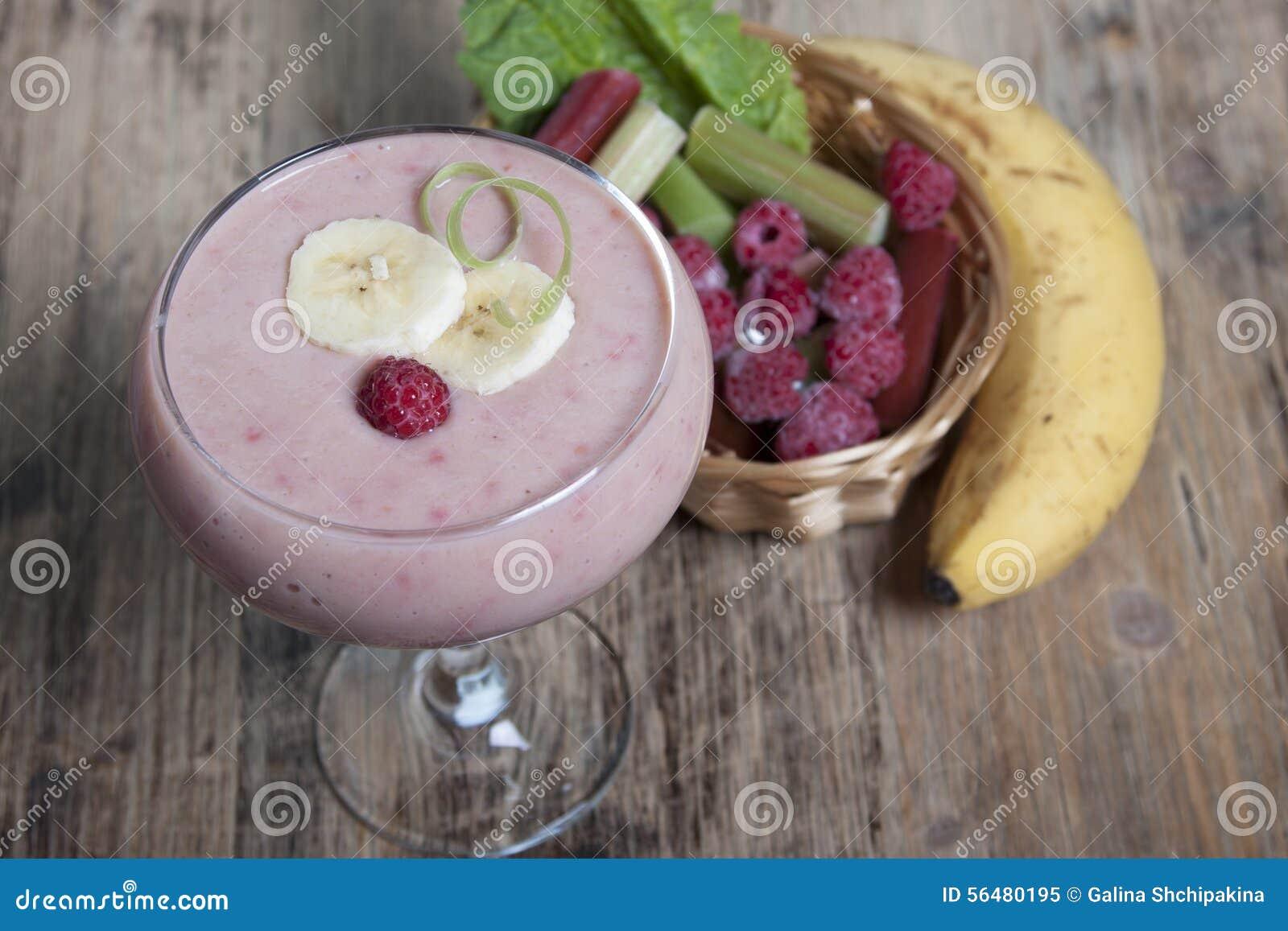 Smoothie de banane et de rhubarbe avec du yaourt