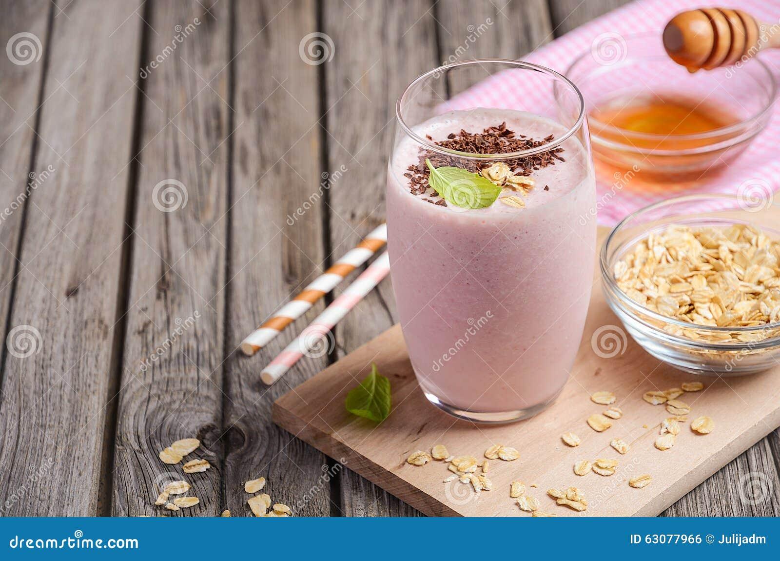 Download Smoothie De Fraise Et De Banane Avec La Farine D'avoine Photo stock - Image du boisson, table: 63077966