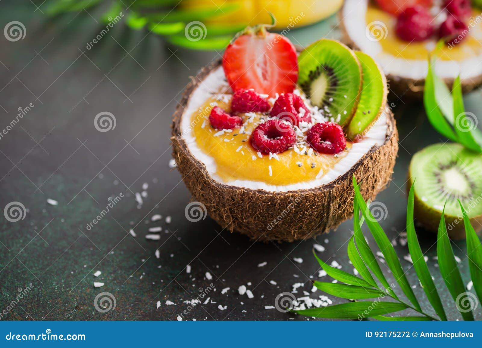 Smoothie delicioso del mango y del coco con el SE de las frutas y de las bayas
