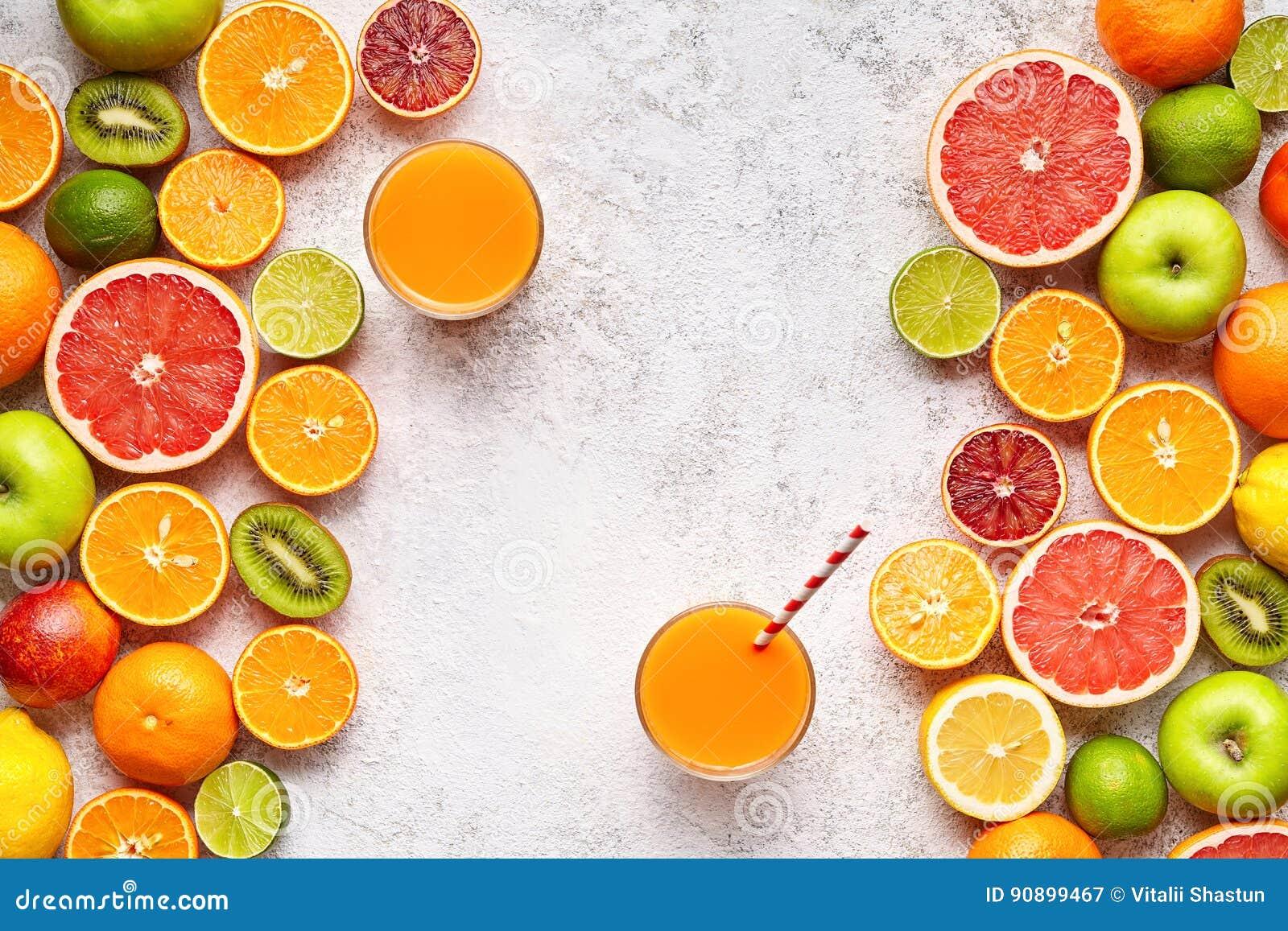 Smoothie eller nytt fruktsaftvitamin i den lekmanna- citrusfruktbakgrundslägenheten, helthy naturlig dryck