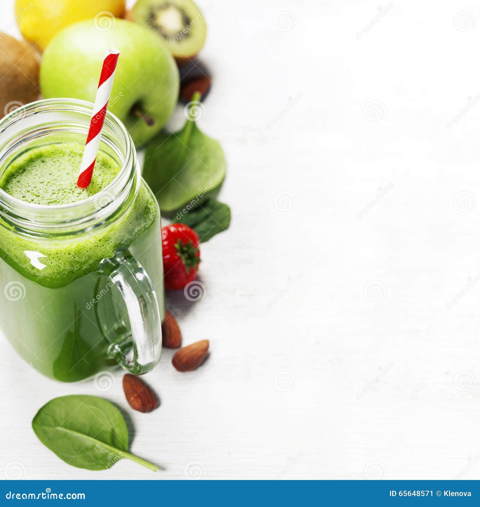 Smoothie et ingrédients verts sains