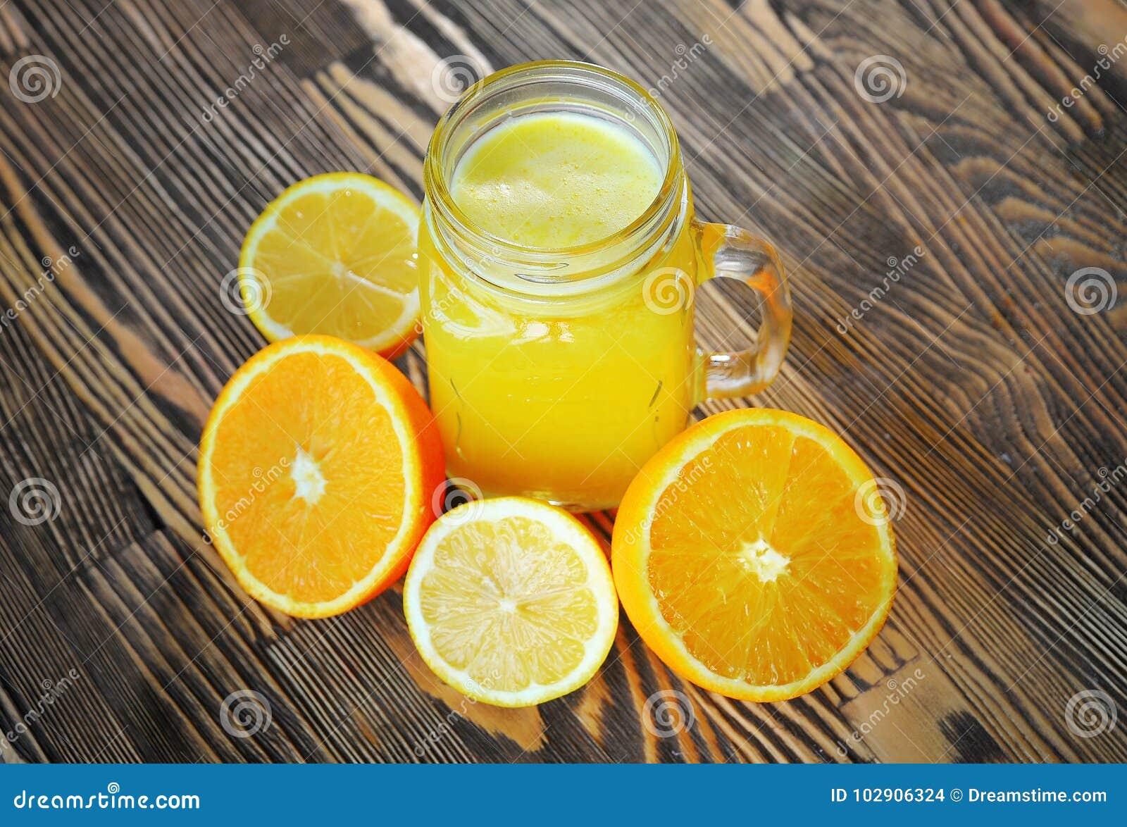 Smoothie fruité avec l orange sur une table en bois