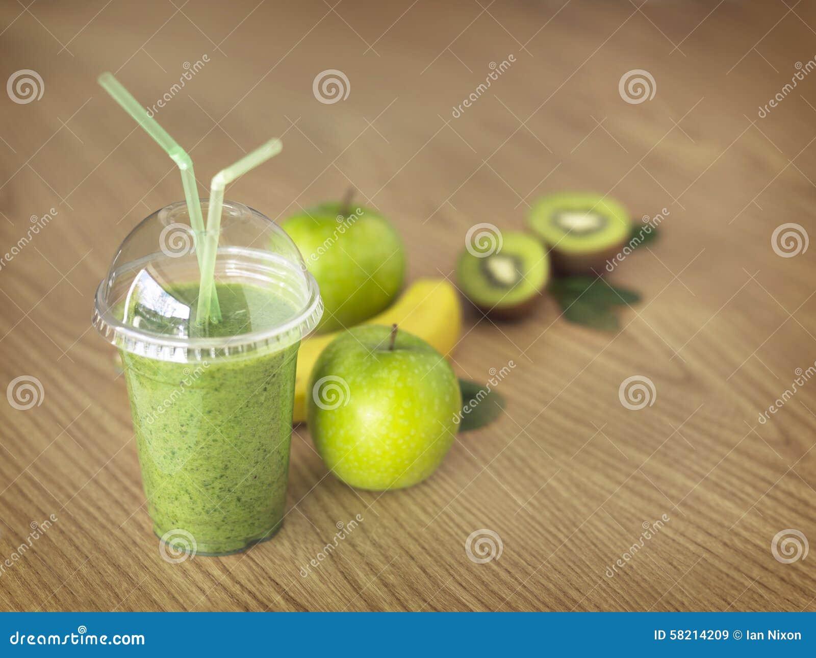 Smoothie Greenfruit на деревянной предпосылке