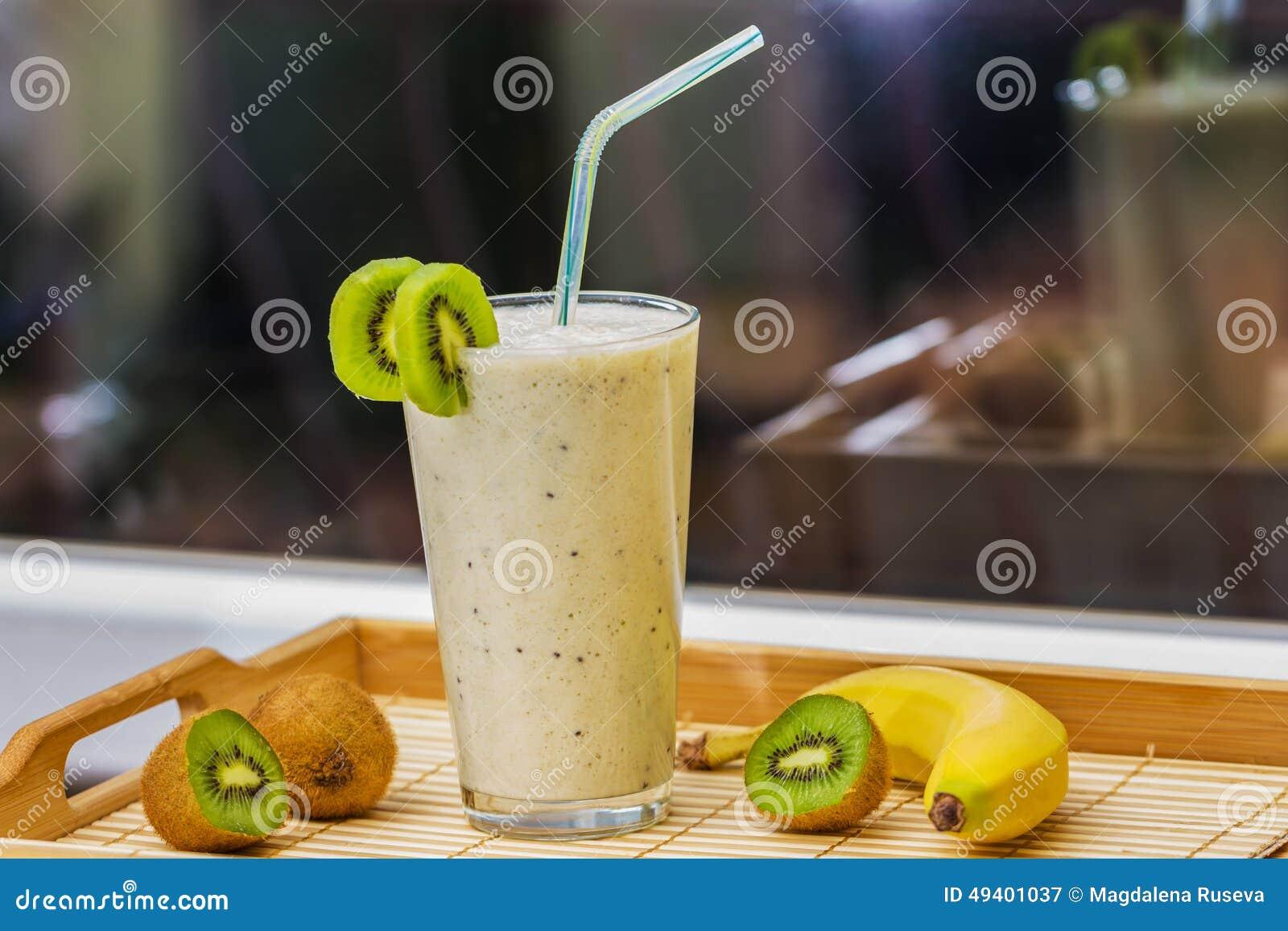 Download Smoothie Mit Kiwi Und Banane Stockbild - Bild von braun, hintergrund: 49401037