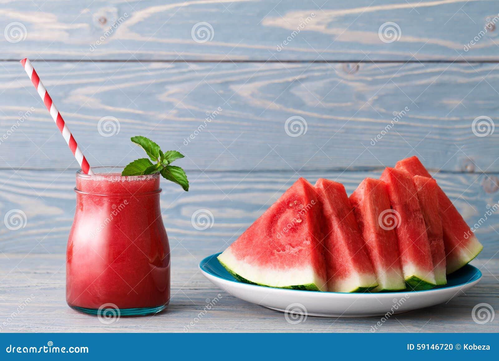 Smoothie und eine Platte von Wassermelonenstücken