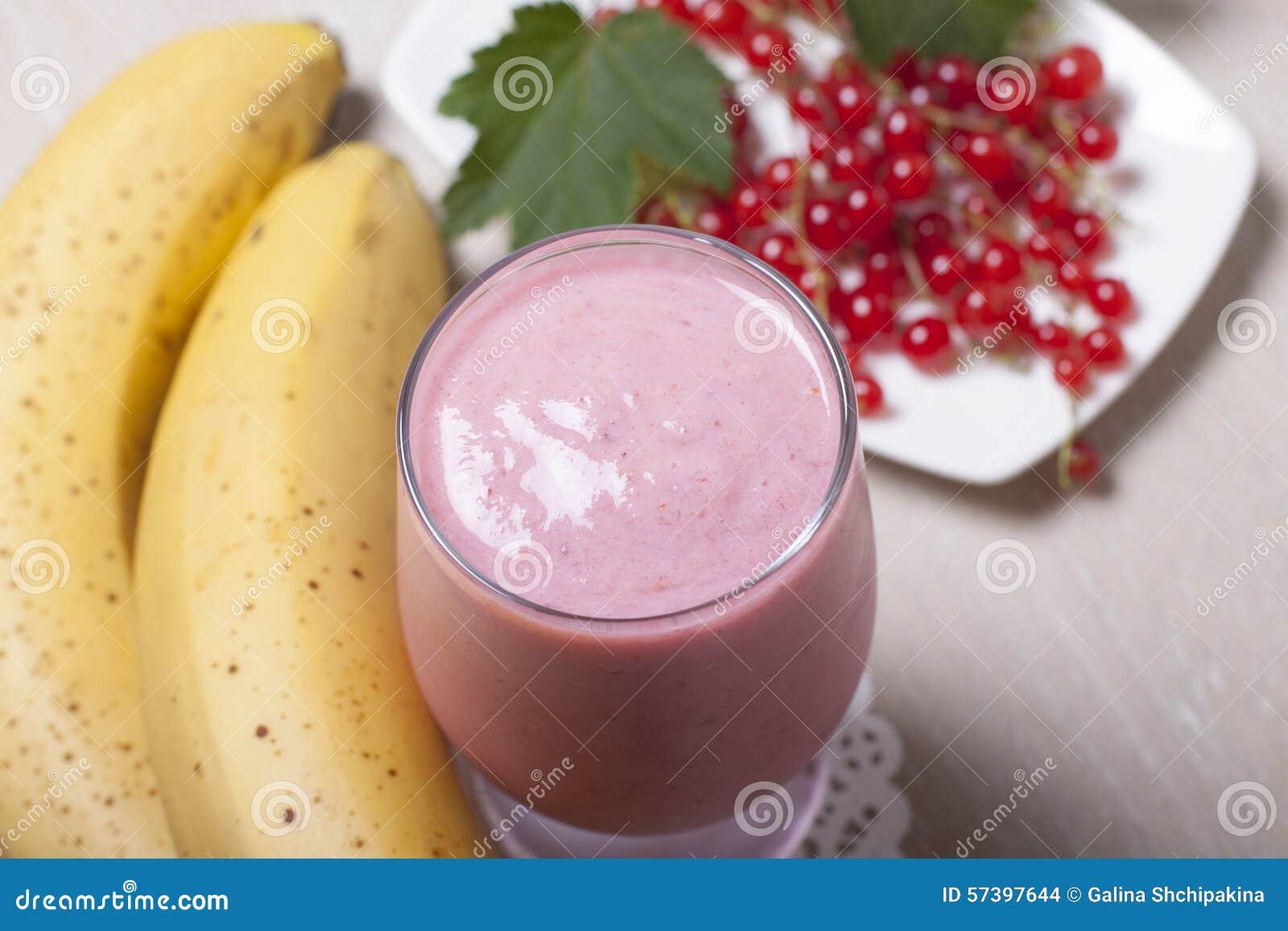 Smoothie van banaan met rode aalbes