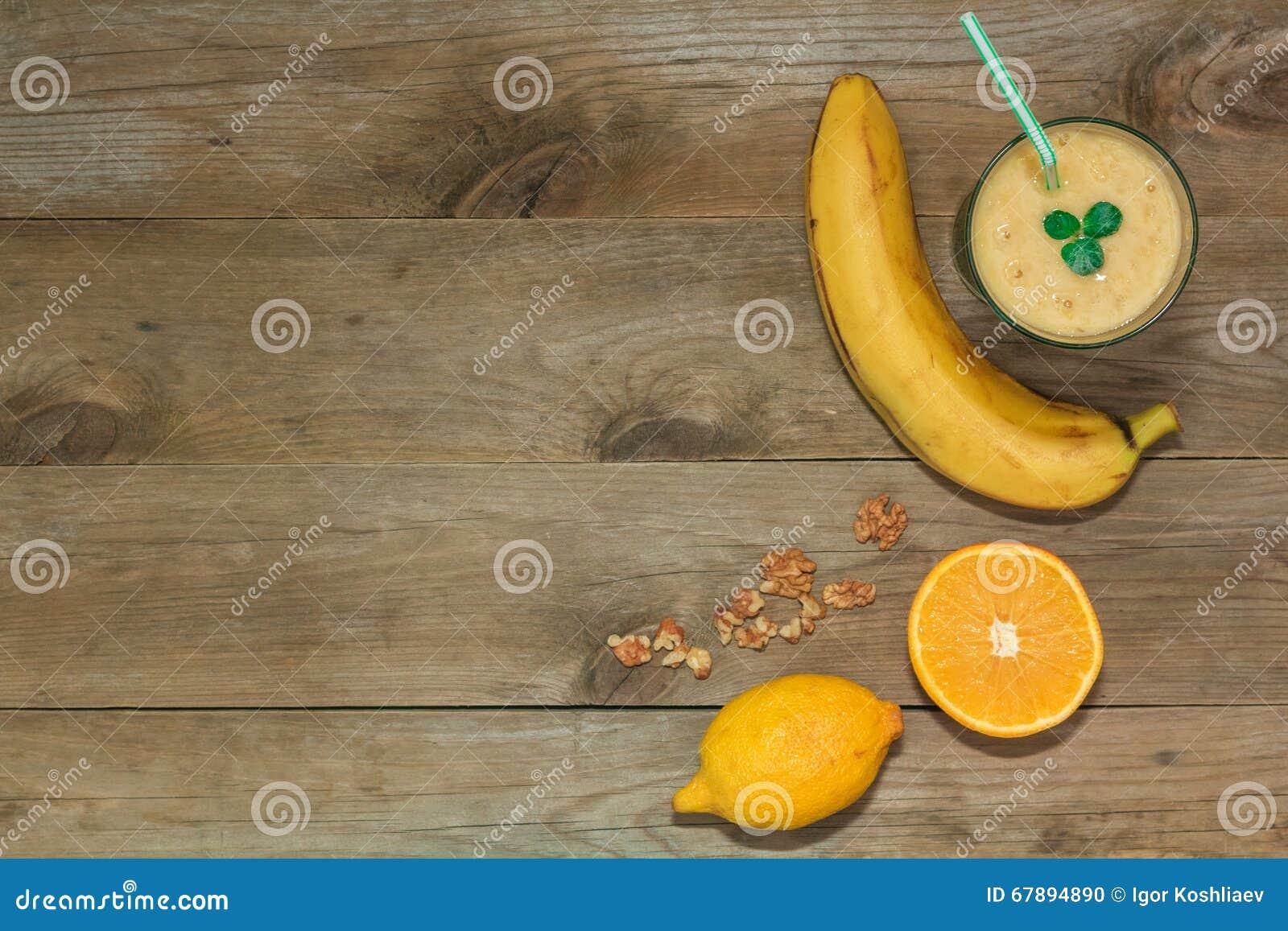 Smoothies de la fruta, plátano y visión superior anaranjada