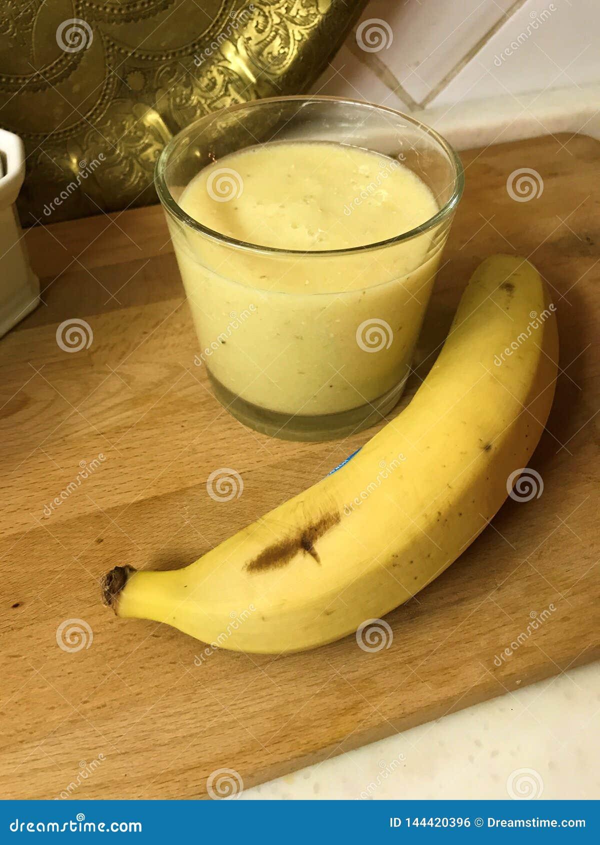 Smoothies de Tropicana avec l ananas, la banane et la chaux dans le lait de noix de coco