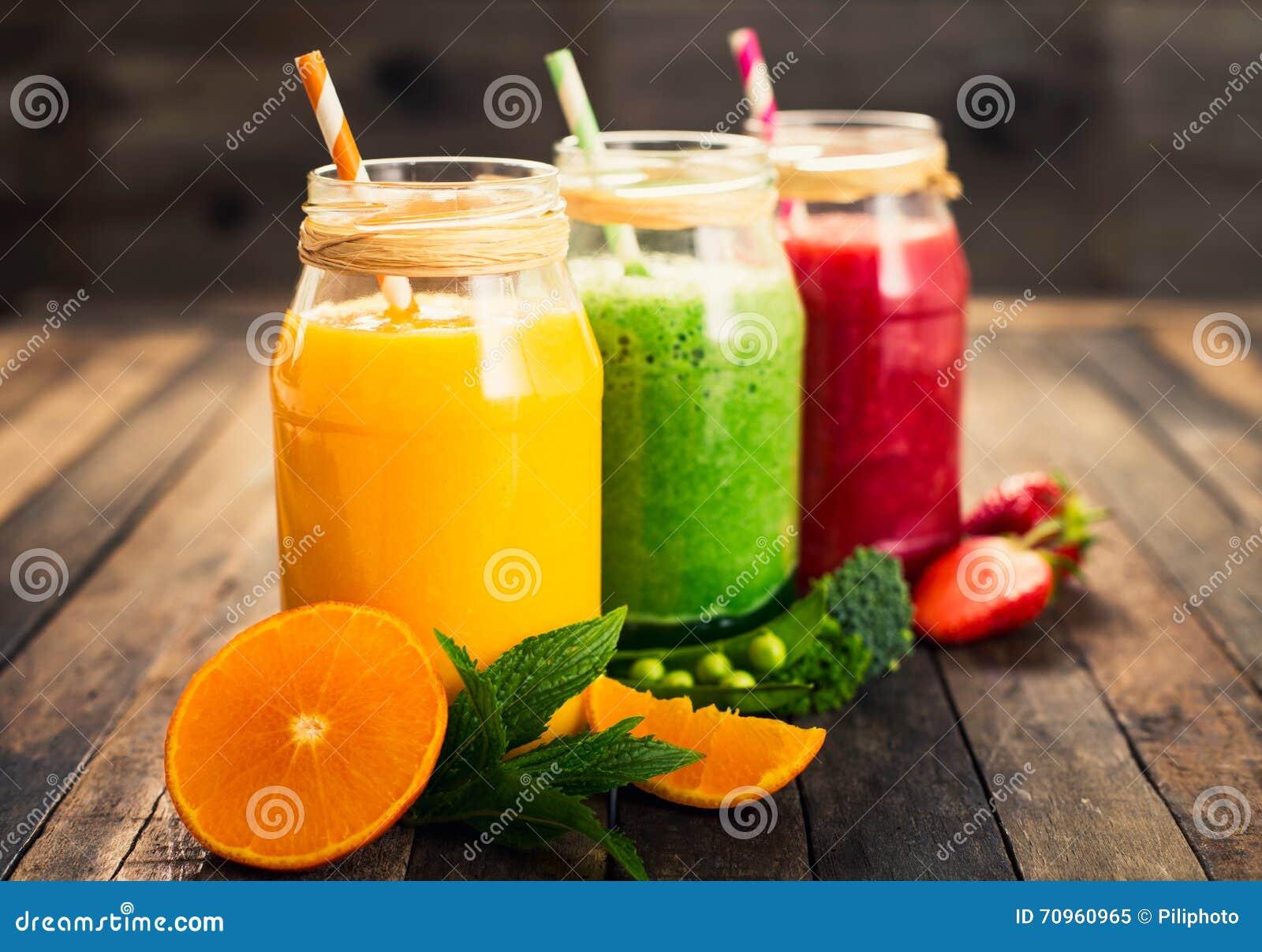 smoothies sanos de la fruta y verdura imagen de archivo