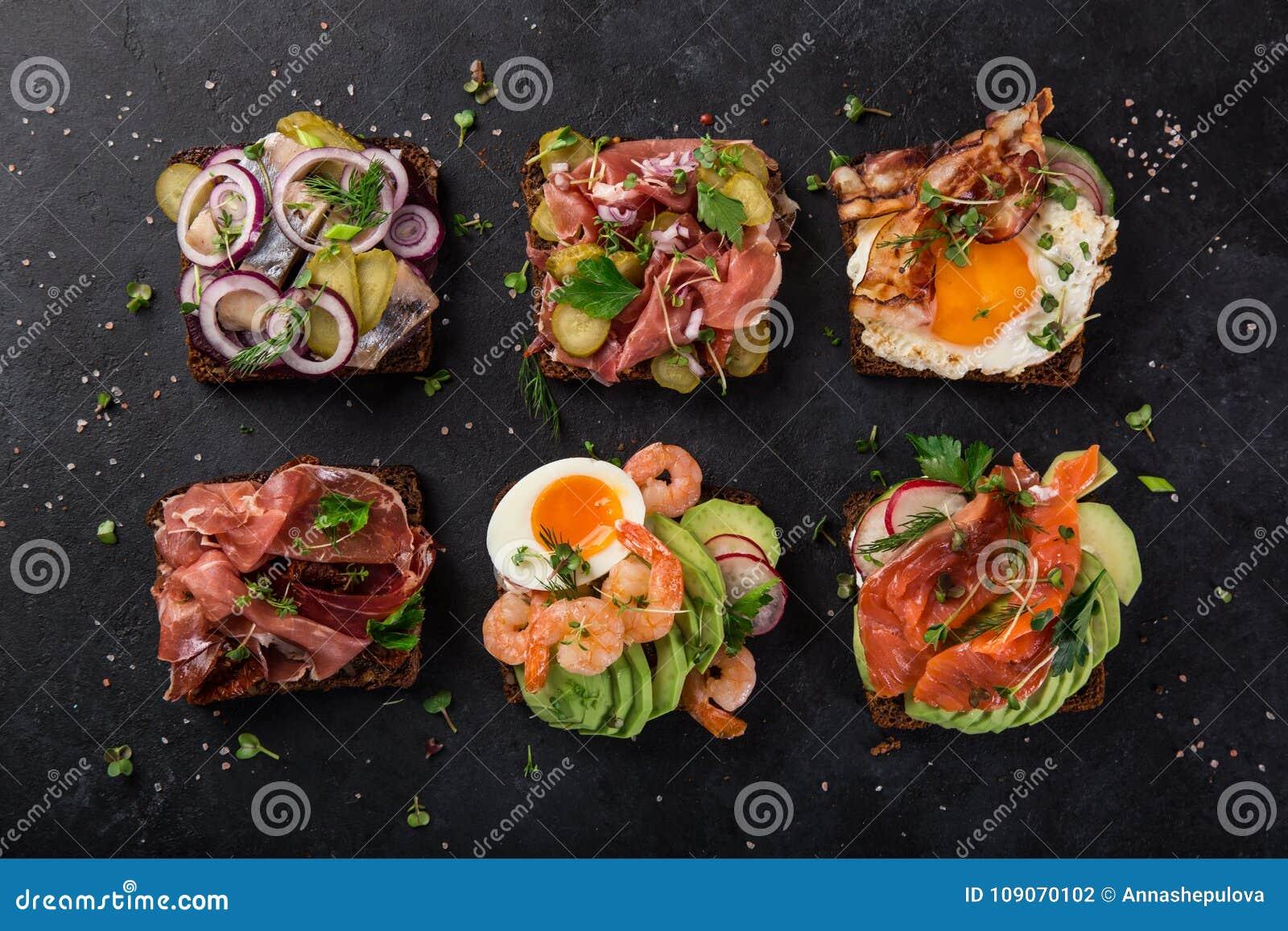 Smorrebrod, sanwiches aperti del Danese tradizionale, wi scuri del pane di segale