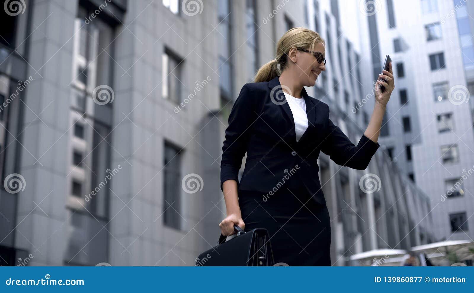 Sms de júbilo da mulher de negócios feliz com as boas notícias, fazendo o investimento rentável