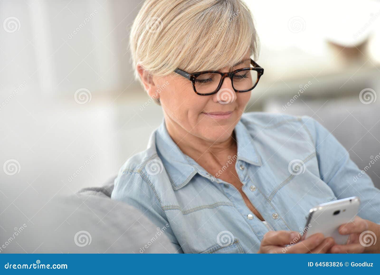 Sms supérieurs à la mode blonds d écriture de femme