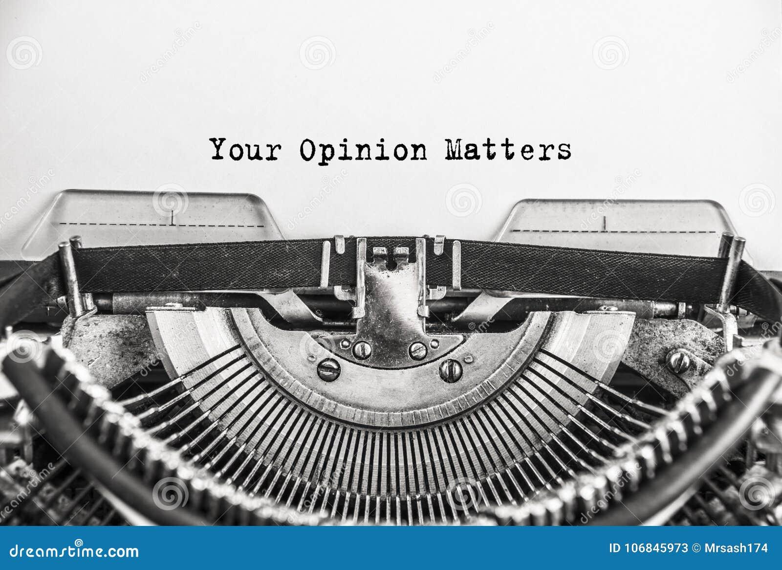 Smsa dina åsiktfrågor som skrivas på den retro tappningskrivmaskinen close upp