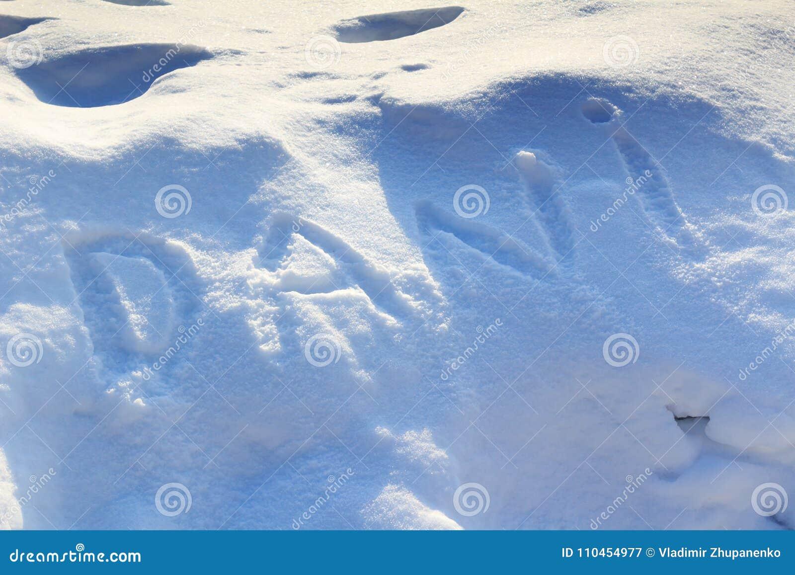 Smsa inskriften på snö på en solig vinterdag