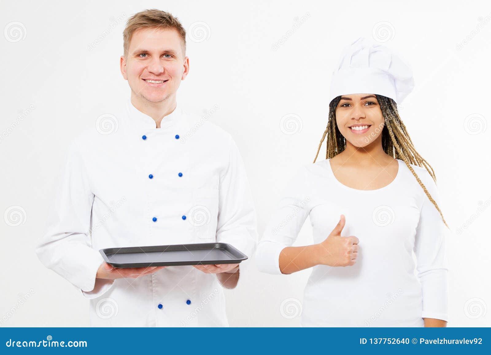 Smule黑人妇女和白人厨师拿着一个空的盘子并且显示象