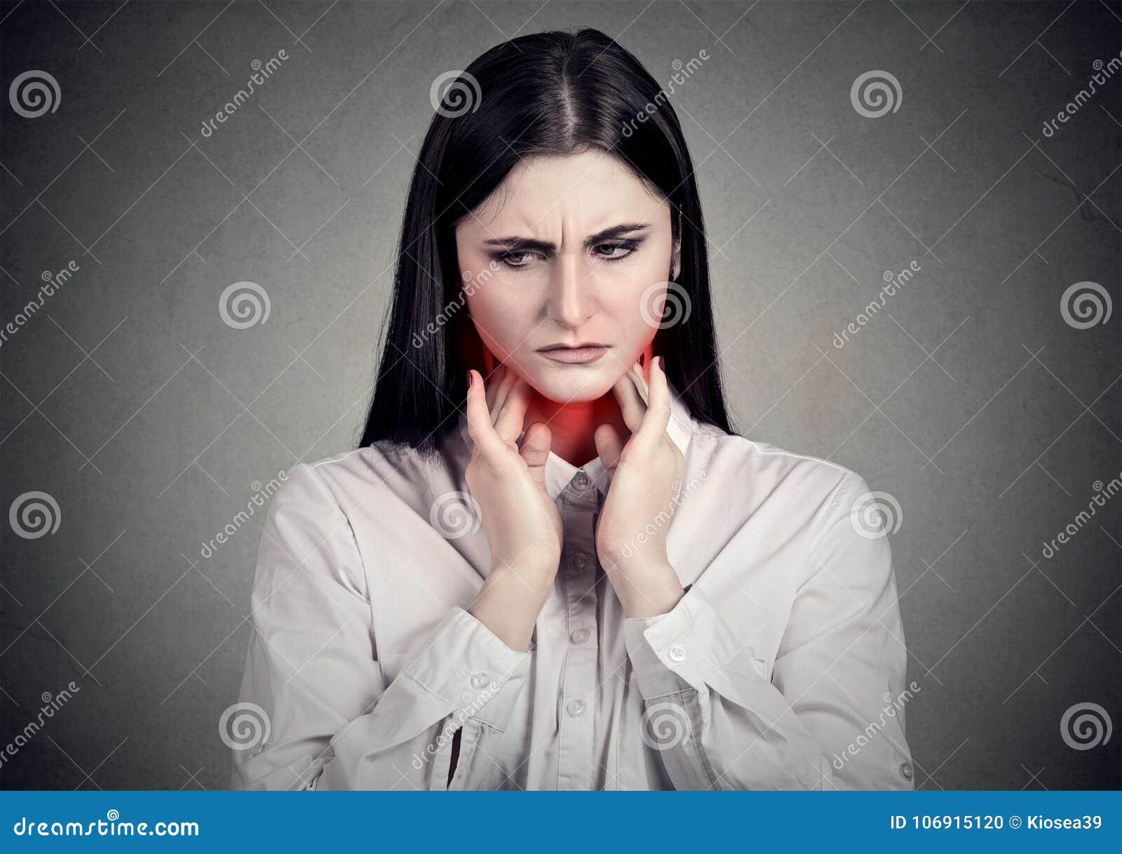 Smutna kobieta ma gardło ból