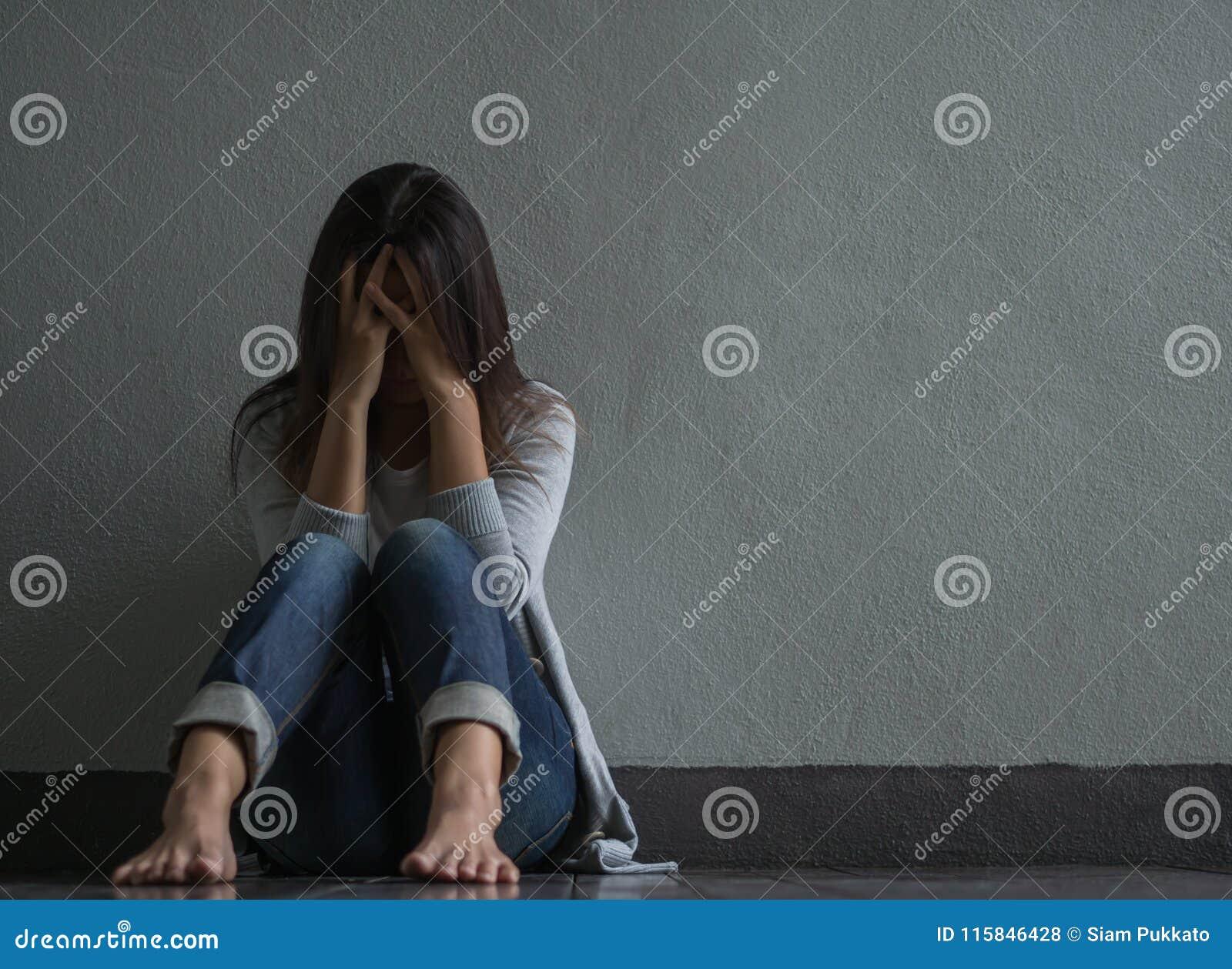 Smutna kobieta siedząca samotnie zamykał jej płacz i twarz podczas gdy