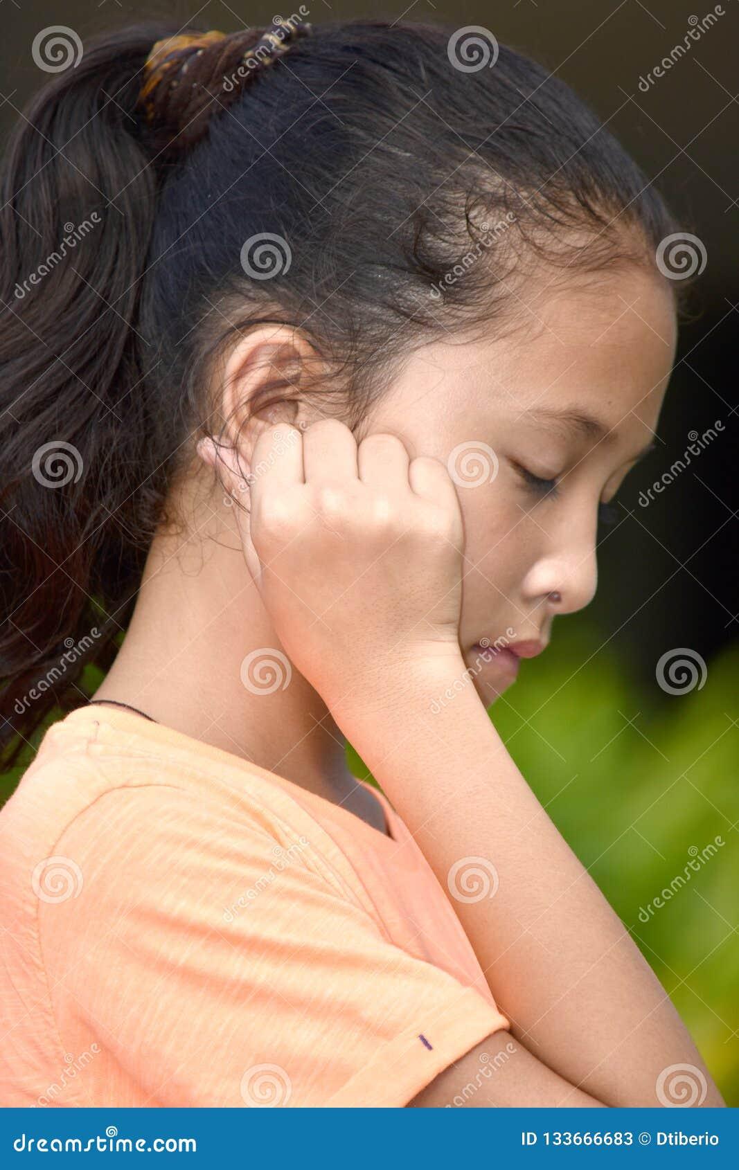 Smutna Młoda filipinka dziewczyna