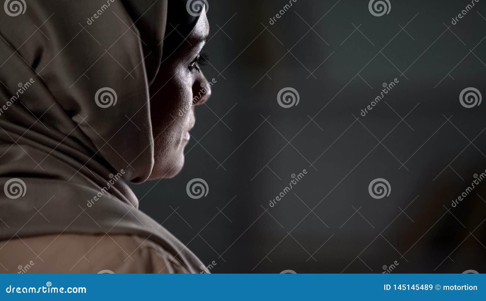 Smutna muzułmańska dama w hijab cierpieniu od nieszczęśliwego małżeństwa, rodzinni problemy
