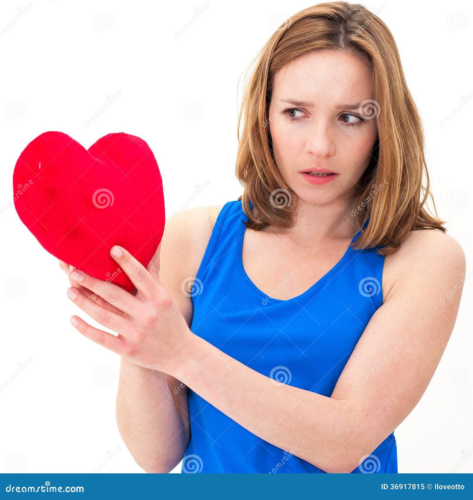 Smutnego kobiety mienia valentine czerwony serce