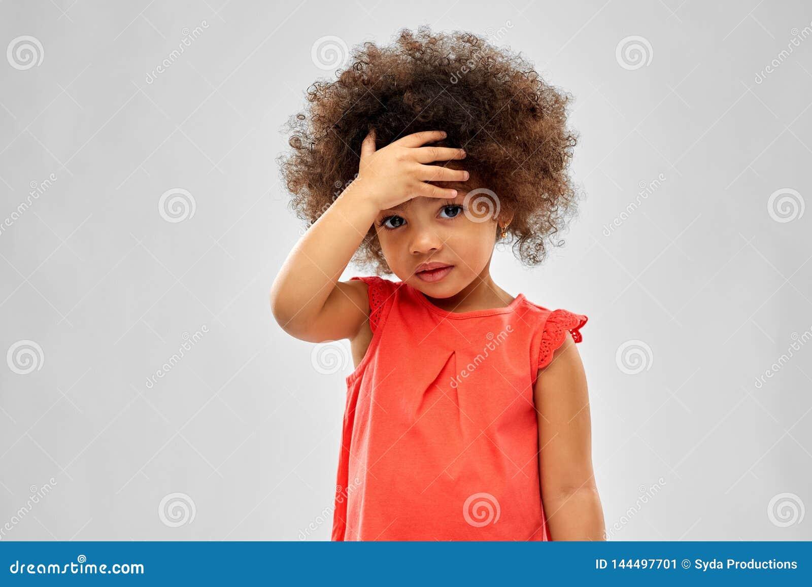 Smutnej małej amerykanin afrykańskiego pochodzenia dziewczyny wzruszający czoło