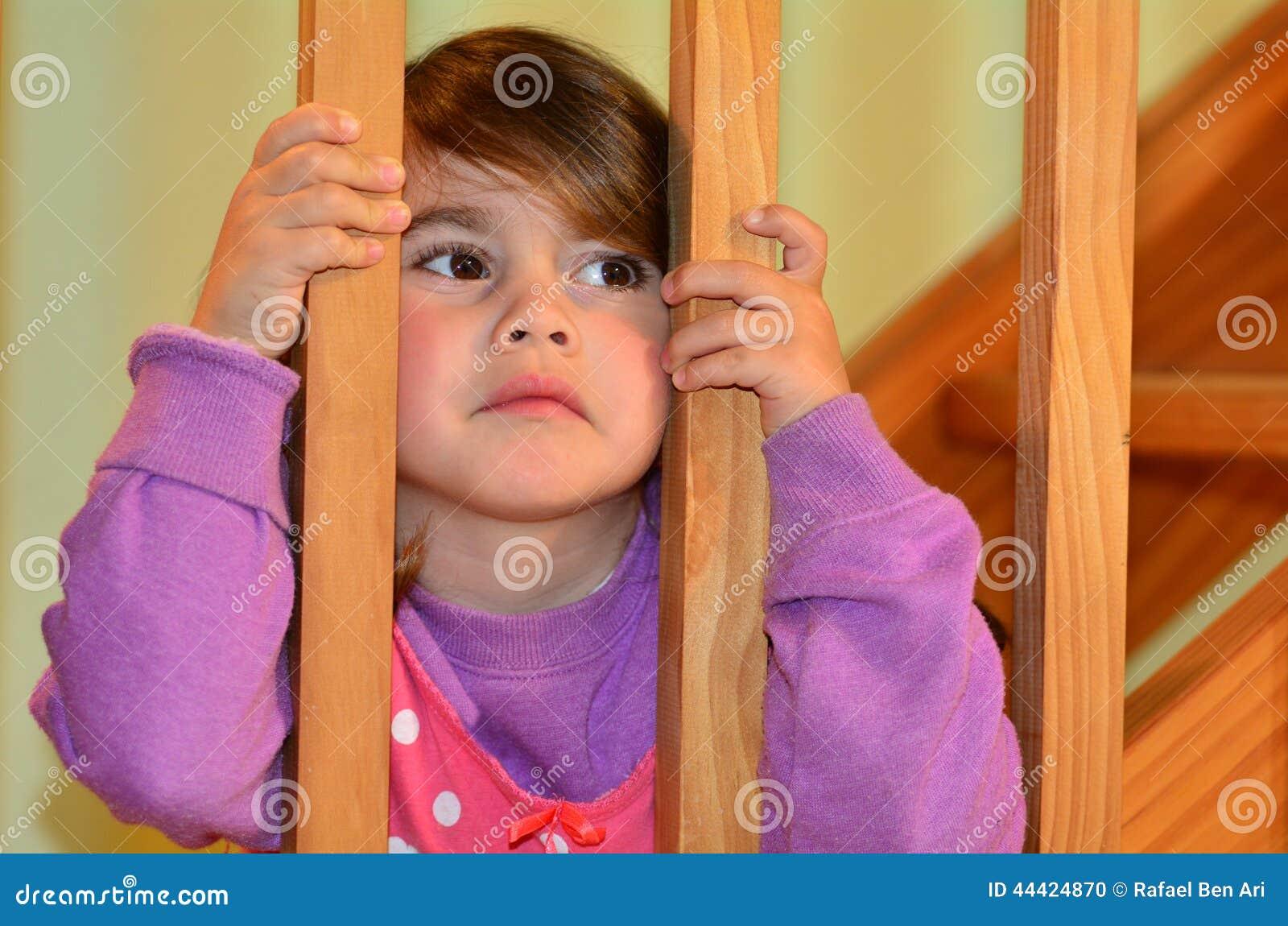 Smutni dziewczyn spojrzenia przy jej walczącymi rodzicami