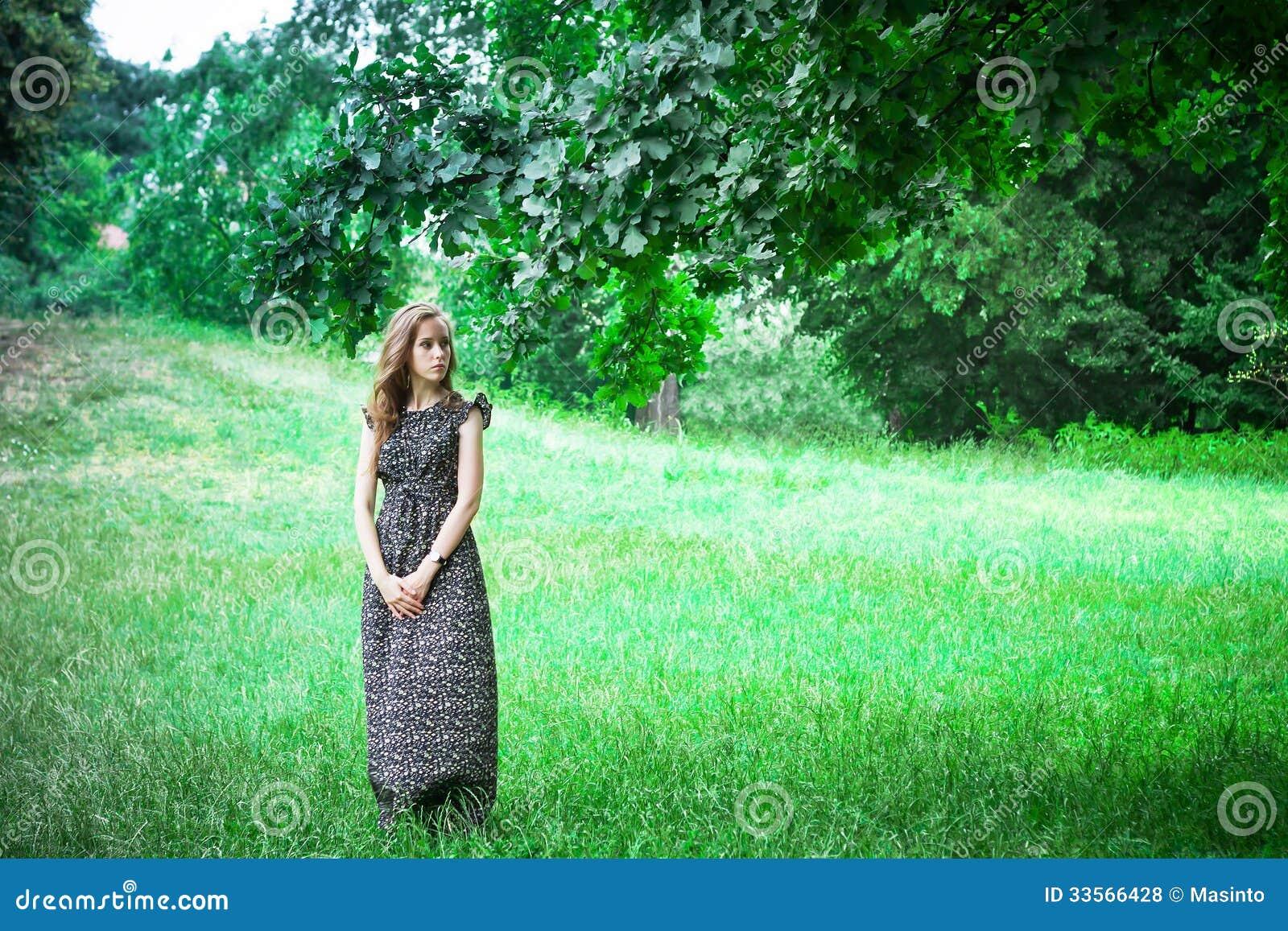 Smutni kobieta pobyty, spojrzenia w kierunku i