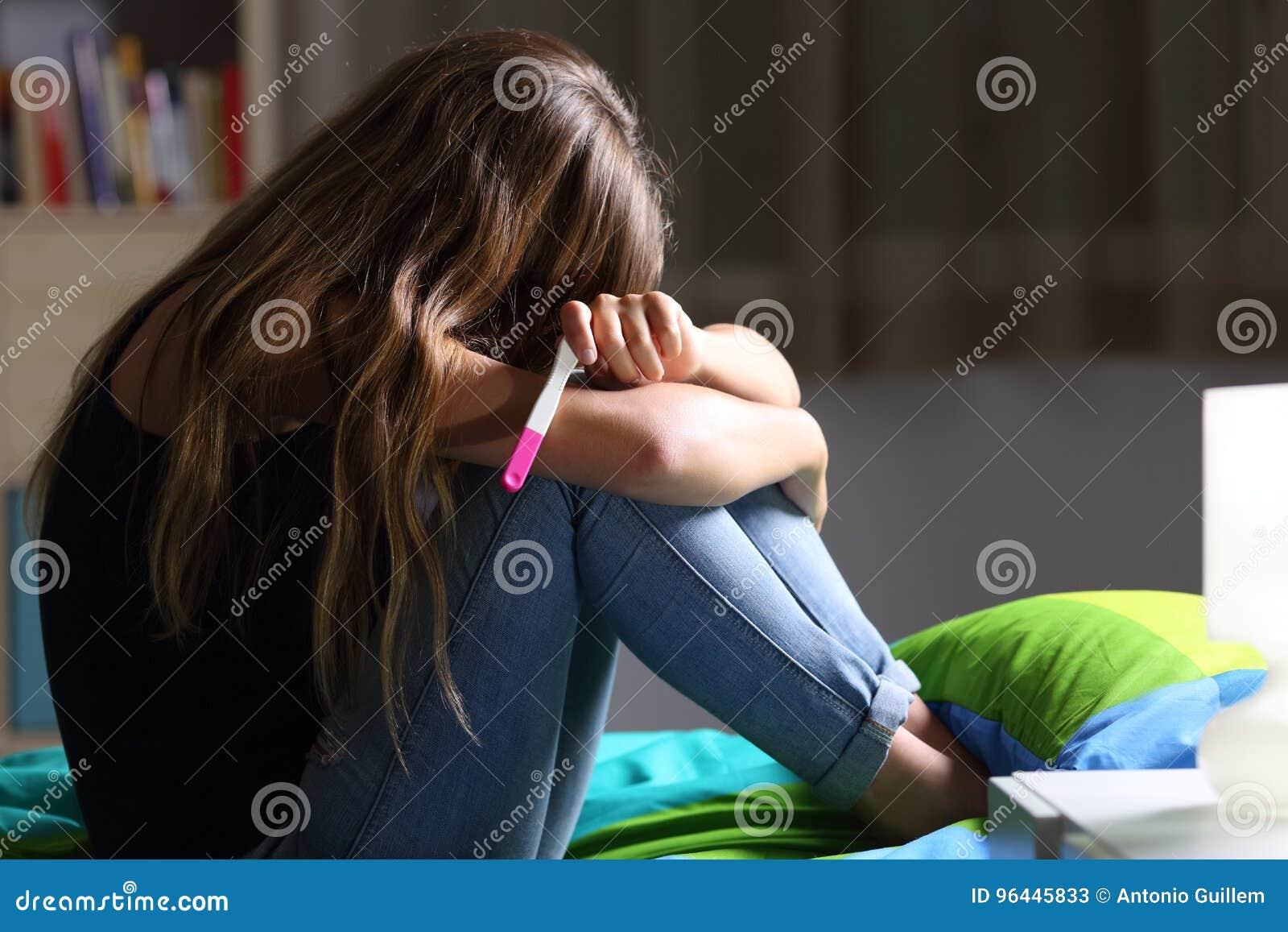 Smutny ciężarny nastoletni po ciążowego testa