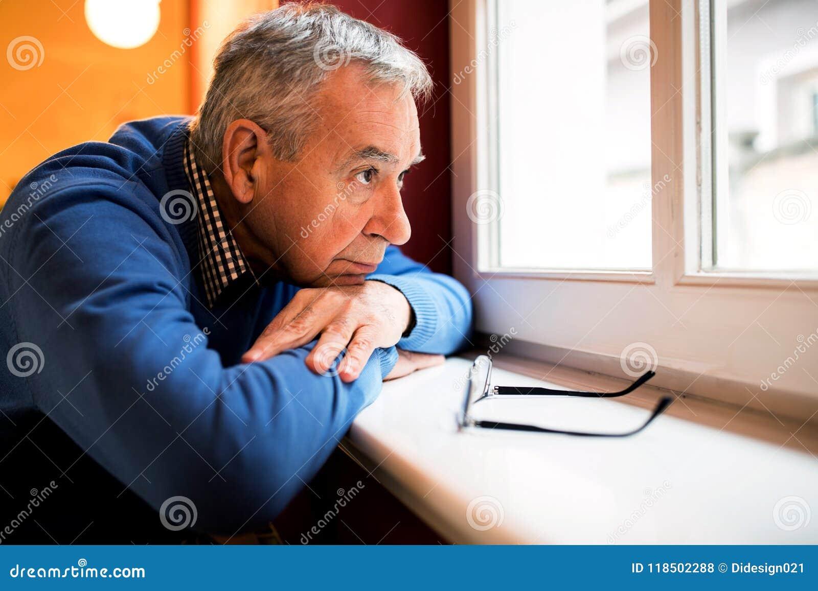 Smutny depresja mężczyzna, senior zapominał rodziną