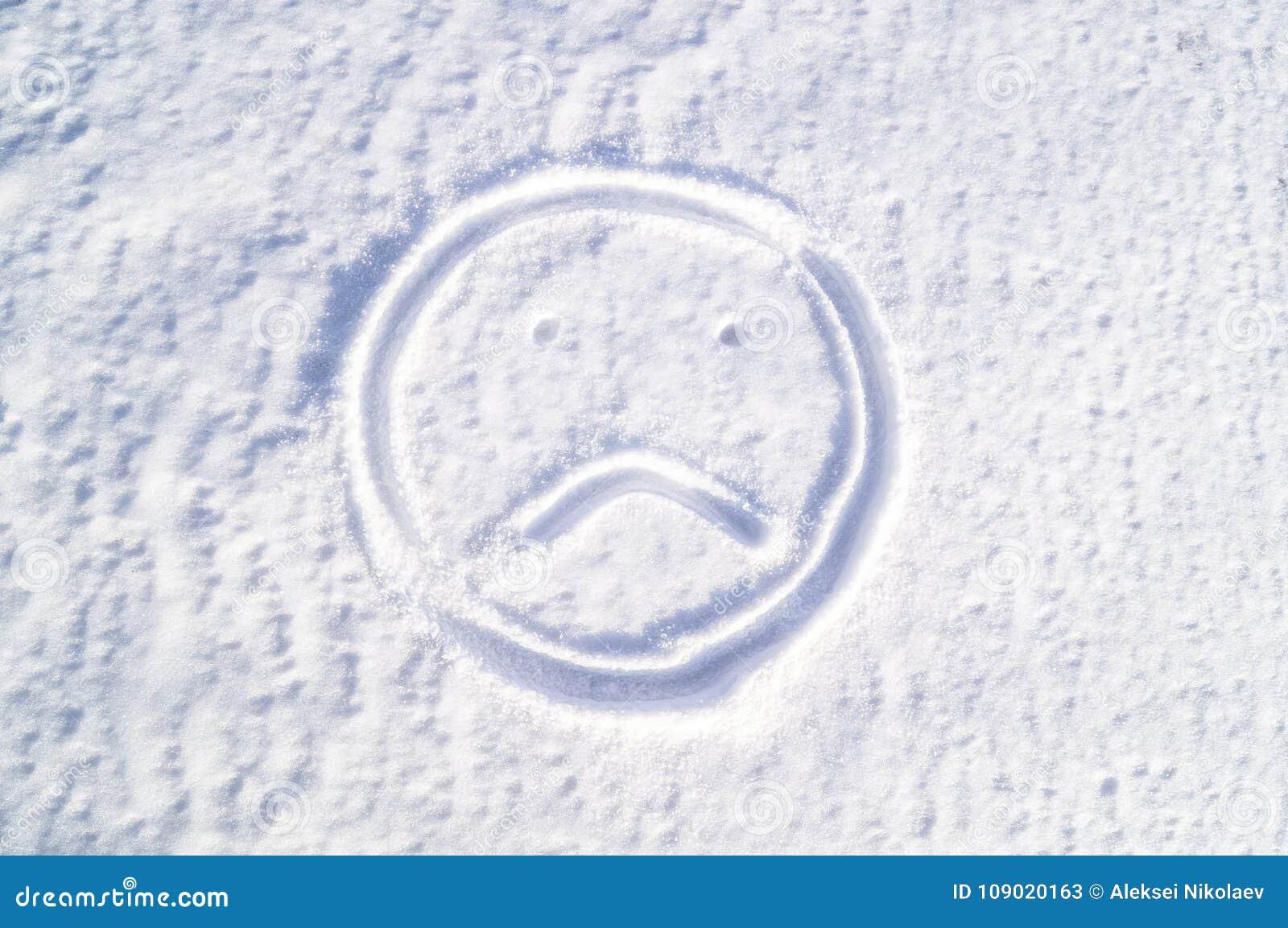 Smutny emodji w śniegu smucenie