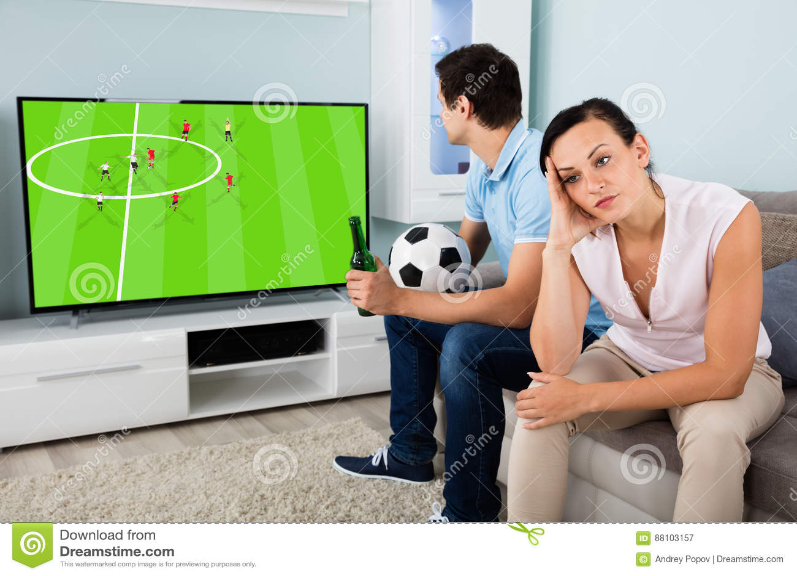Smutny kobiety obsiadanie Obok mężczyzna dopatrywania Ruchliwie futbolu