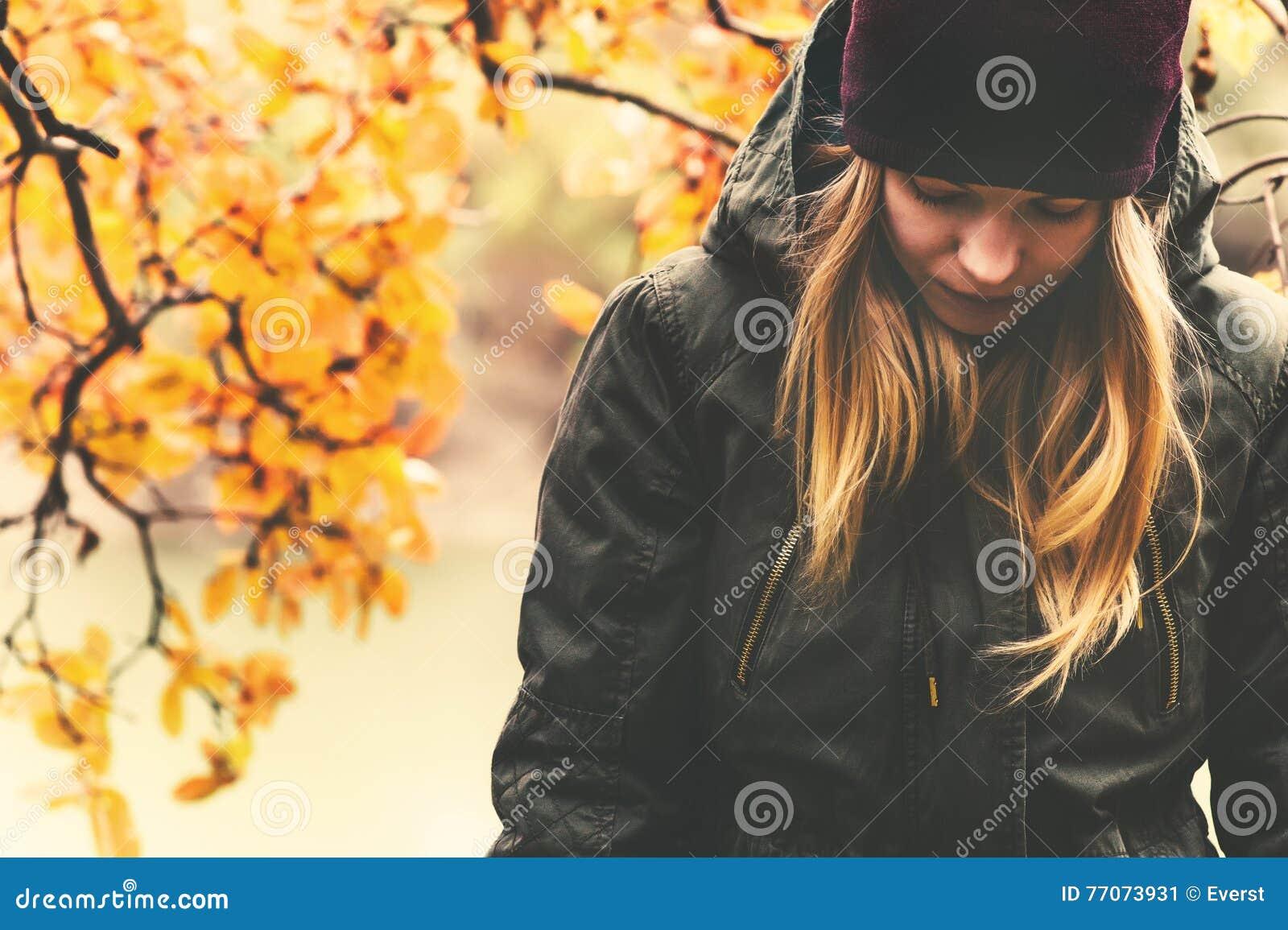 Smutny kobiety odprowadzenie w parkowej Sezonowej melancholii