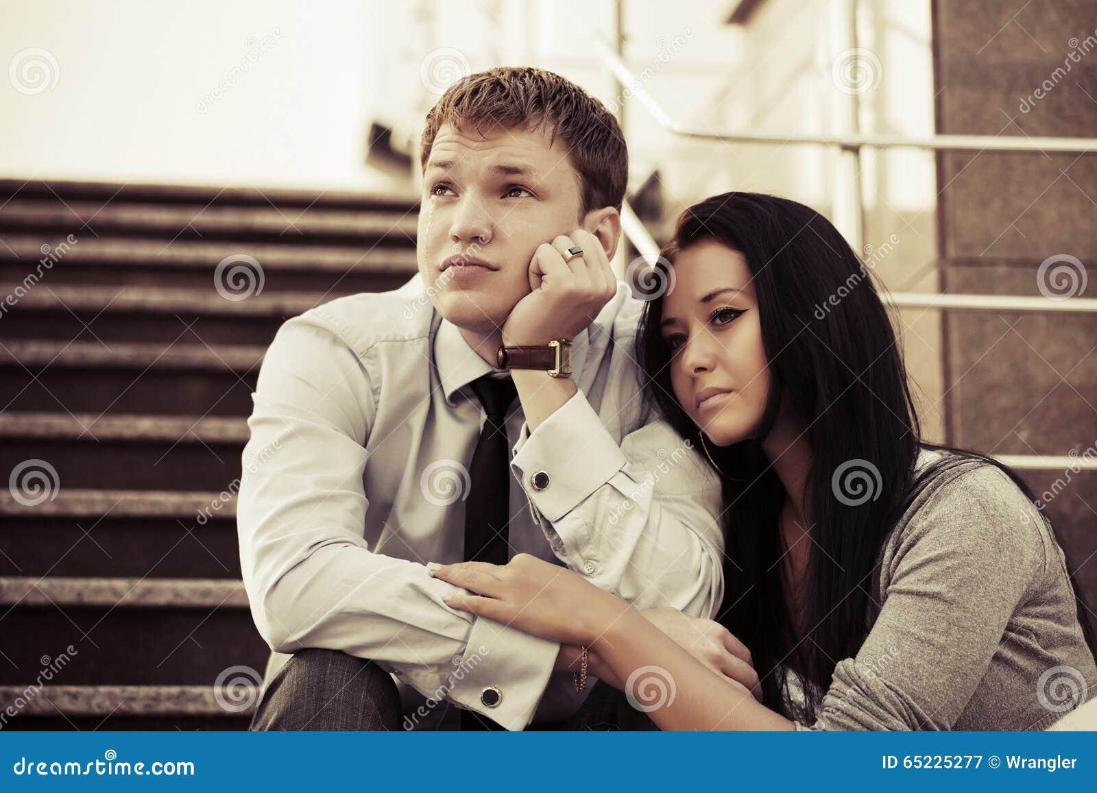 Smutny młody biznesowy mężczyzna w depresji na krokach