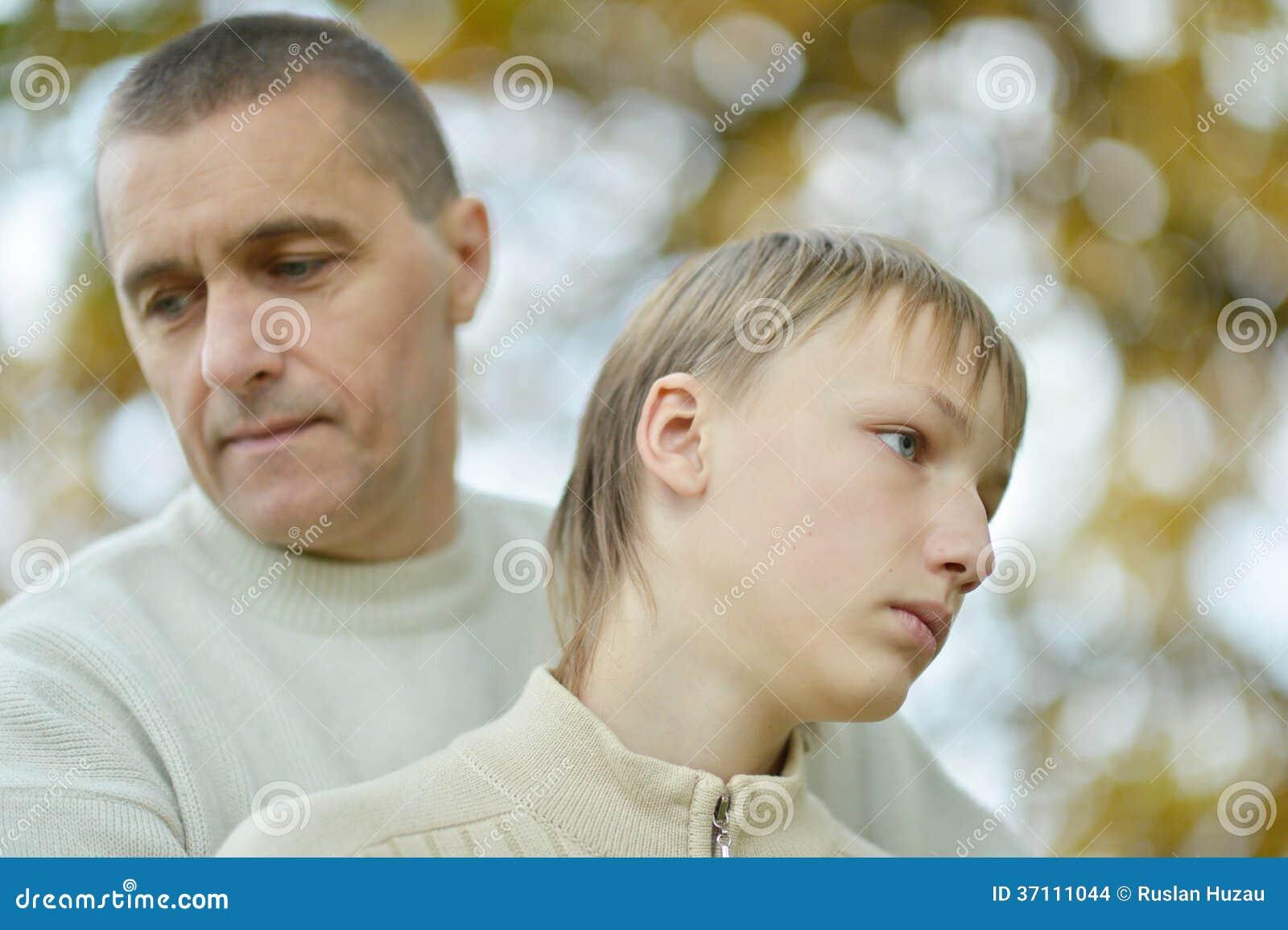 Smutny ojciec i chłopiec