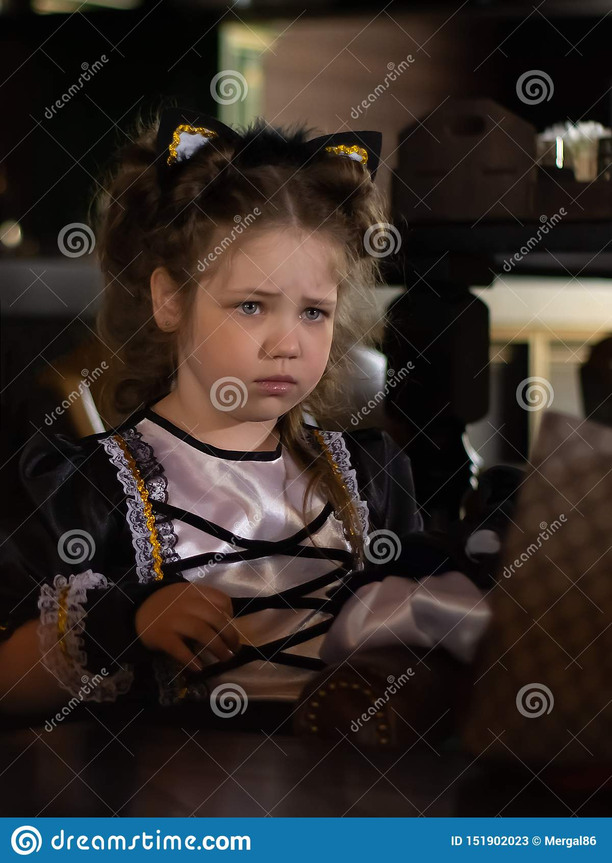 Smutny spojrzenie mała dziewczynka blisko portret