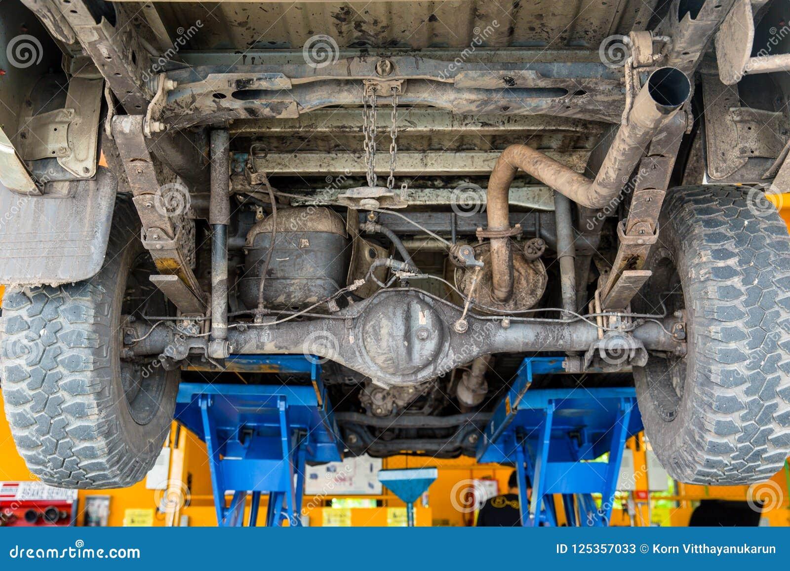 Smutsa ner under lastbilbilelevator för att kontrollera upp
