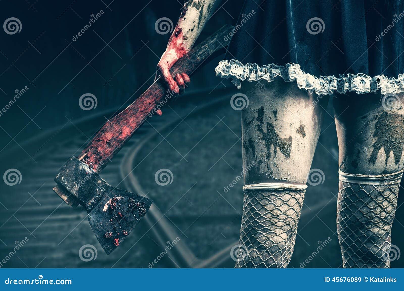 Smutsig kvinnas hand som rymmer en blodig yxa