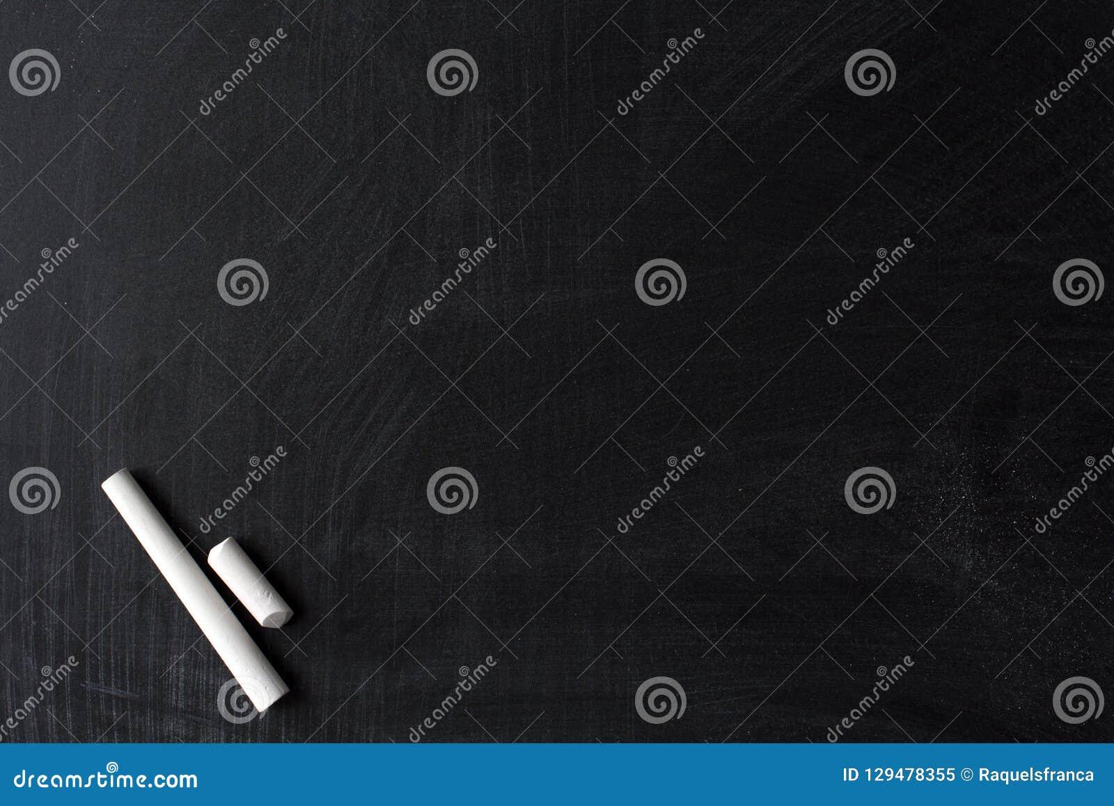 Smutsig svart tavla och vit krita