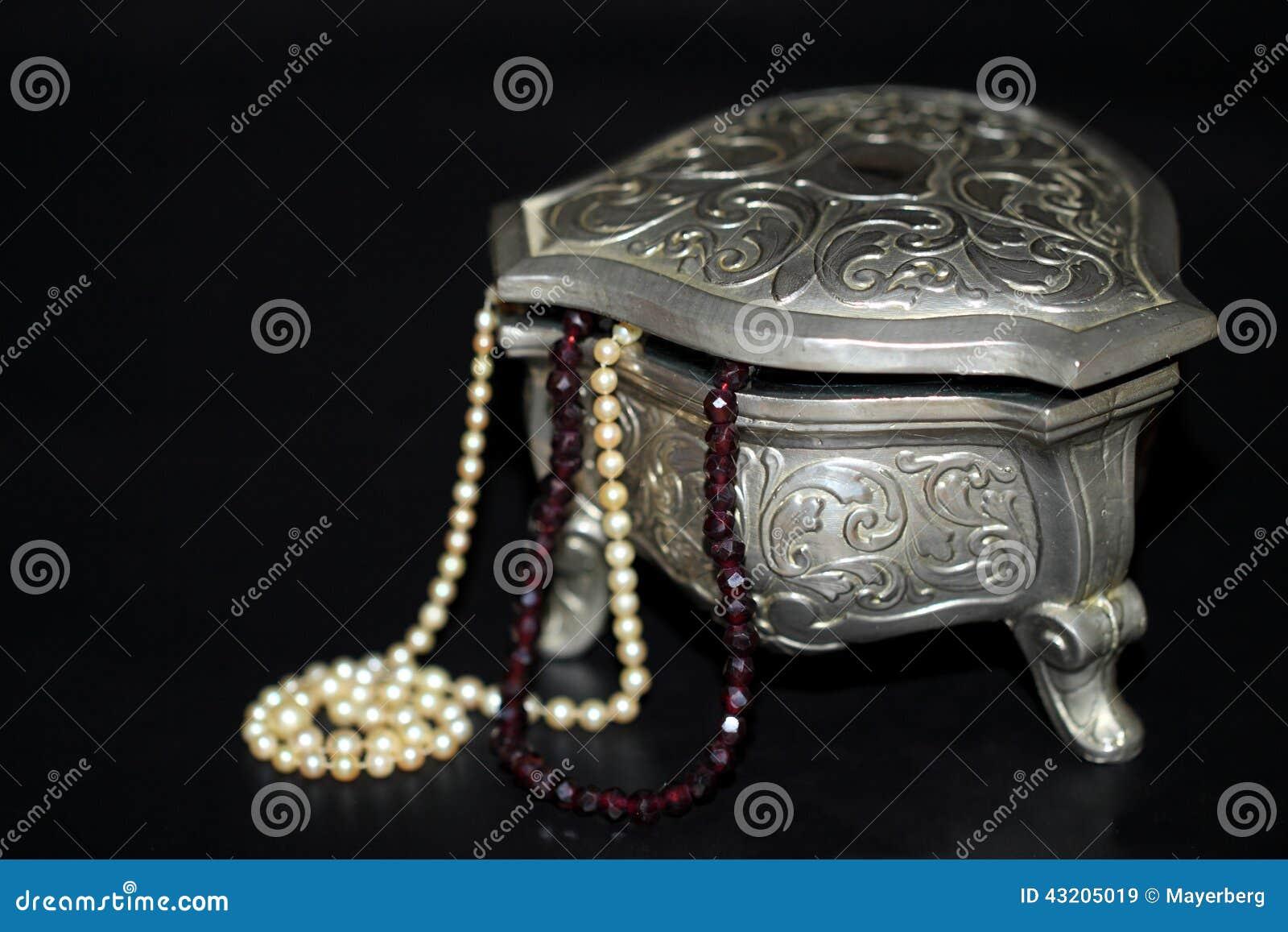 Download Smyckenask med pärlor fotografering för bildbyråer. Bild av juvel - 43205019