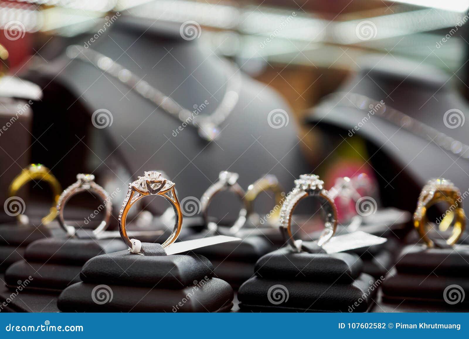 Smyckendiamantcirklar och halsband visar i lyxig detaljist